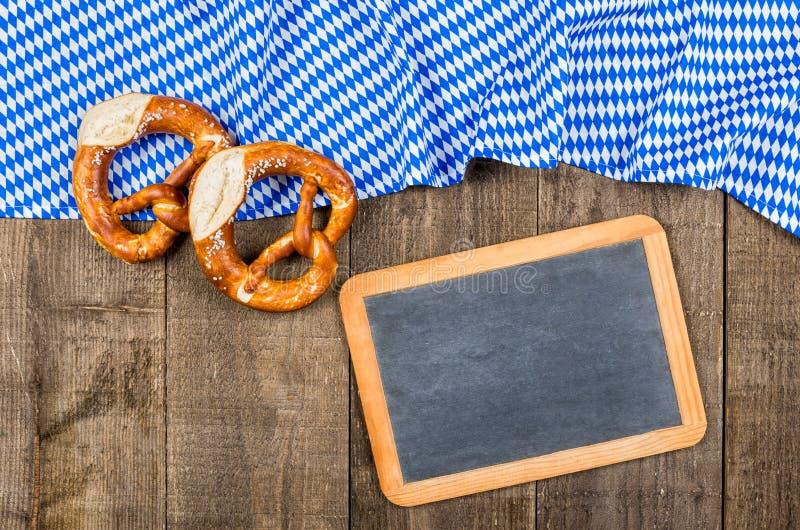 有一个巴法力亚金刚石样式和椒盐脆饼的黑板 免版税库存图片
