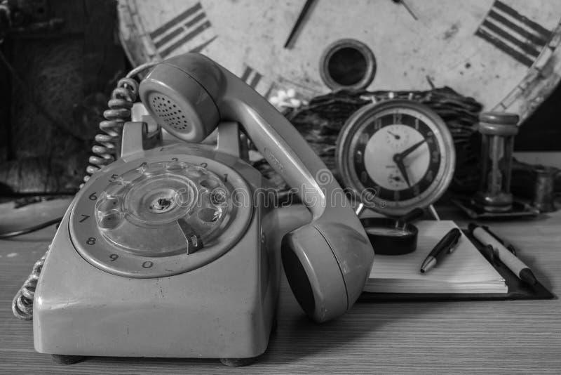 有一个黑白图象的更旧的电话 库存图片