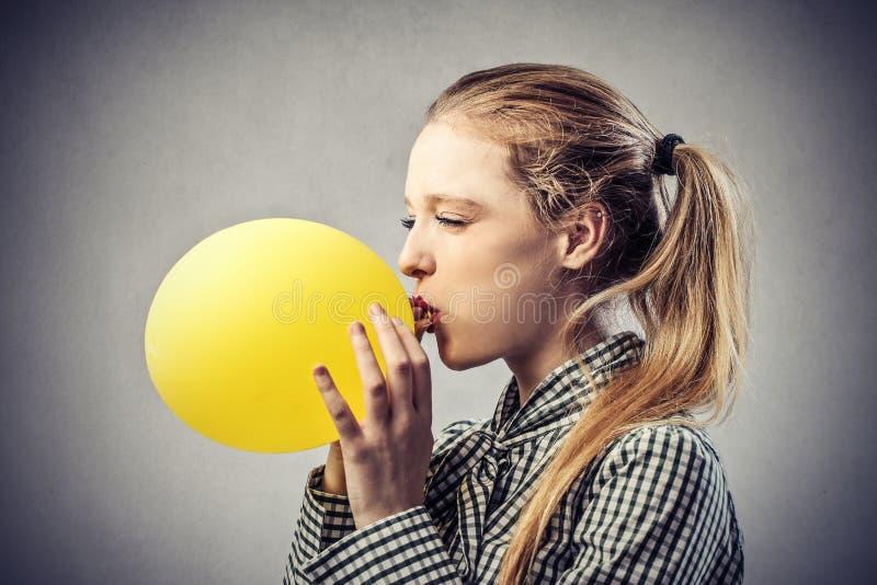 有一个黄色气球的女孩 免版税库存照片