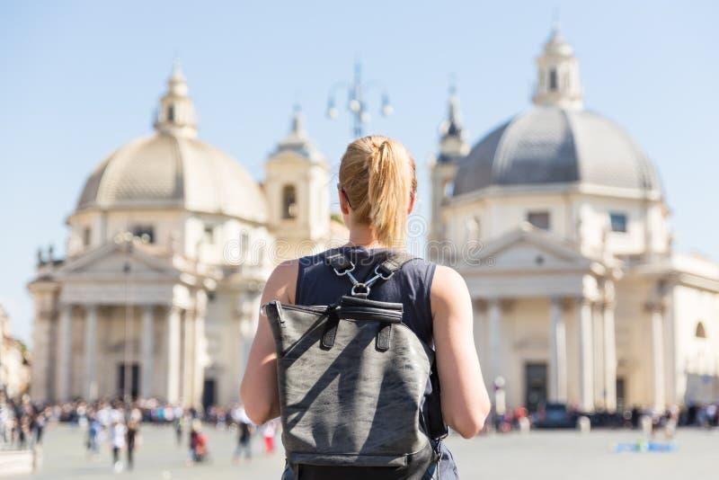 有一个fashinable葡萄酒行家背包的女性游人在Piazza del Popolo在罗马,意大利 免版税库存照片