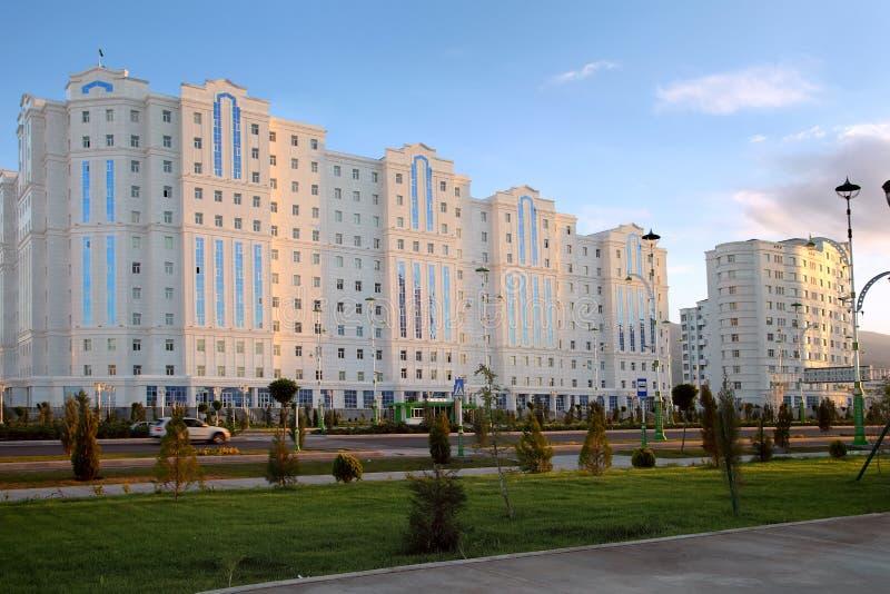 有一些新的大厦的宽大道。拉什哈巴德。土库曼斯坦。 免版税库存图片