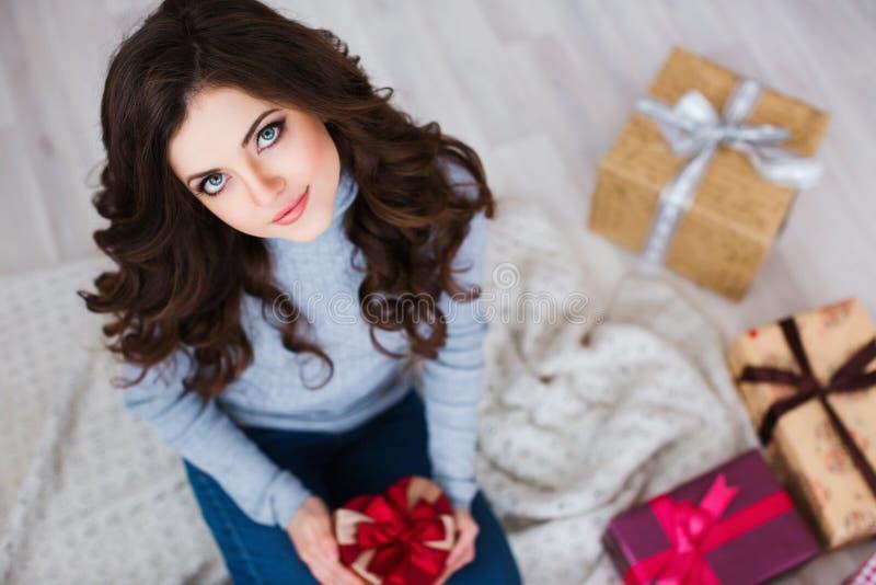 有一件浪漫礼物的愉快的美丽的女性 库存照片
