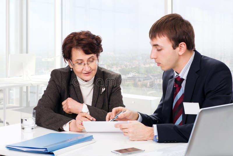 有一位财政顾问的年长妇女 免版税图库摄影
