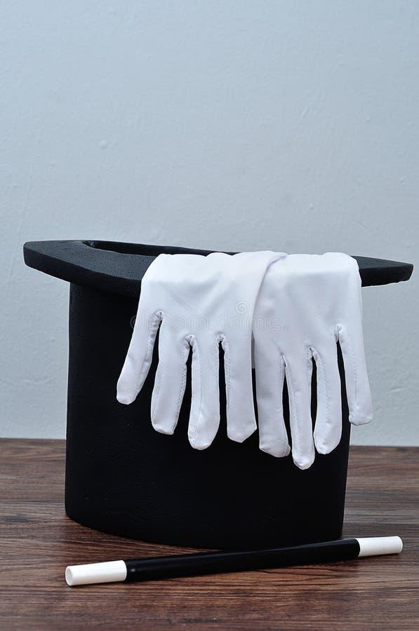 有一副手套的一个魔术师帽子和鞭子 库存照片