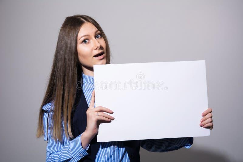 有一副空白的白色横幅的妇女 免版税库存照片