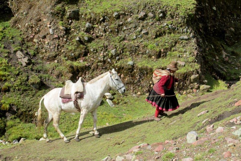 有一匹马的妇女在乡下在秘鲁 库存图片