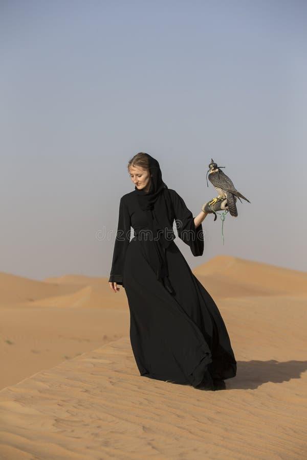 有一只旅游猎鹰的少妇 免版税库存图片