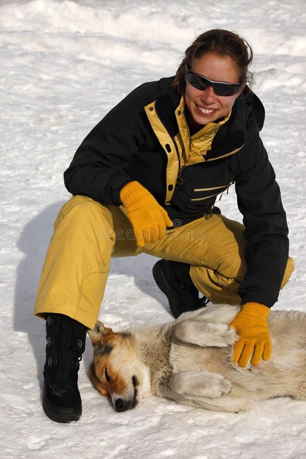 有一只流浪狗的妇女 免版税图库摄影