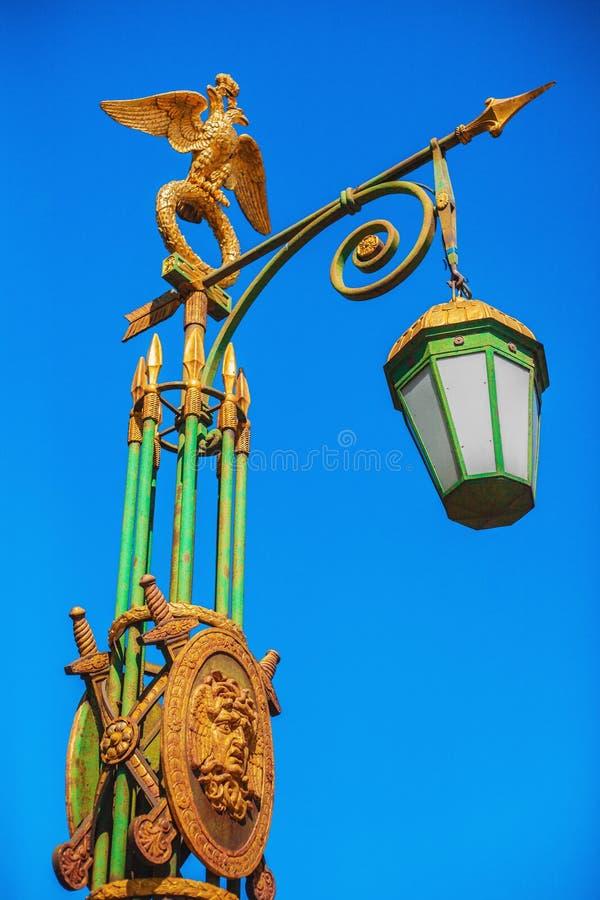 有一只被镀金的两头老鹰的街灯在圣彼德堡,俄罗斯 免版税图库摄影
