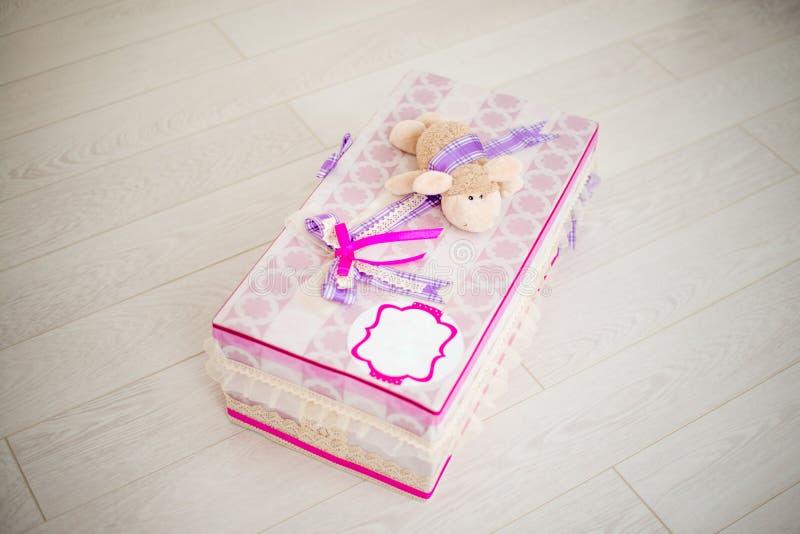 有一只绵羊的手工制造礼物盒在上面 免版税库存照片