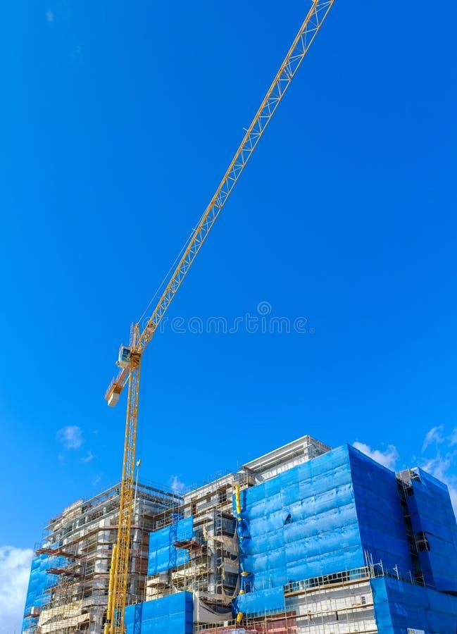 有一台大起重机的工地工作 图库摄影