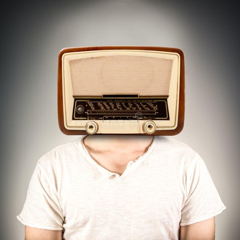 有一台收音机的人而不是头 库存照片