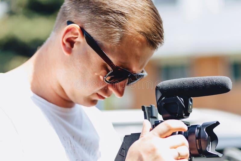 有一台照相机的摄影师在单音荚 库存图片