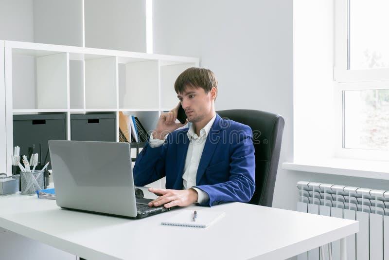 有一台膝上型计算机的人在办公室 图库摄影