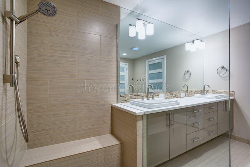 有一场未经预约而来的阵雨的现代刷新的卫生间 免版税库存照片