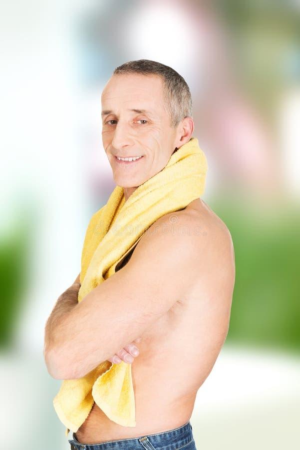有一块毛巾的成熟人在脖子上 免版税库存照片