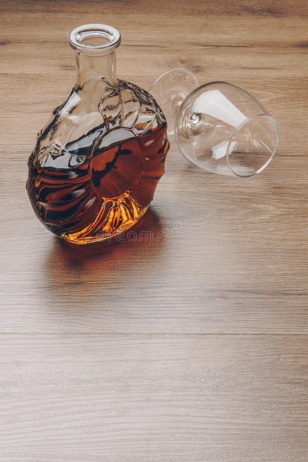 有一块空的一口威士忌酒玻璃的白兰地酒蒸馏瓶 库存照片