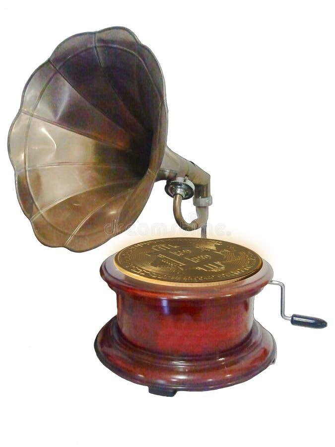 有一块bitcoin板材的一台老留声机在被隔绝的白色背景 富有的音乐 由耳朵的最宜人的音乐 库存照片