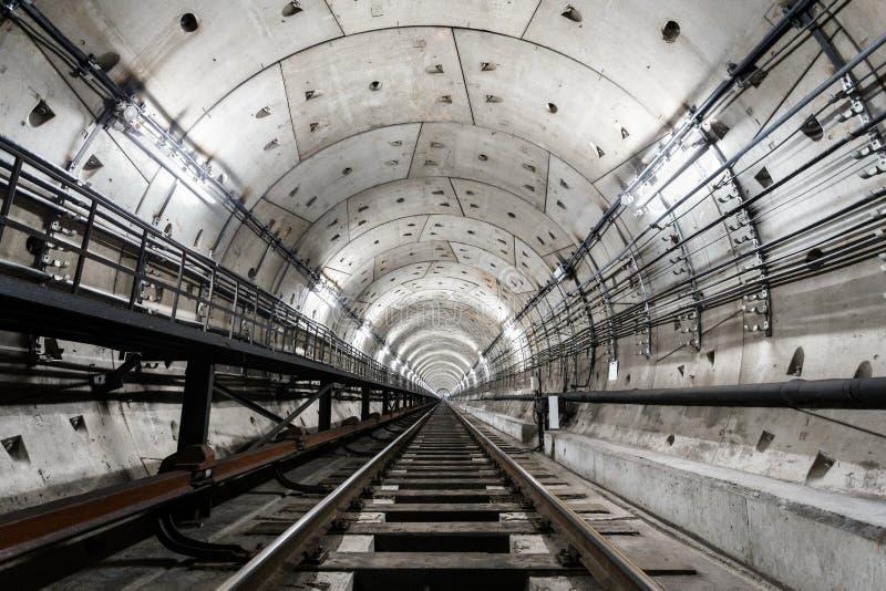 有一套白色照明设备的平直的圆地铁隧道 库存照片