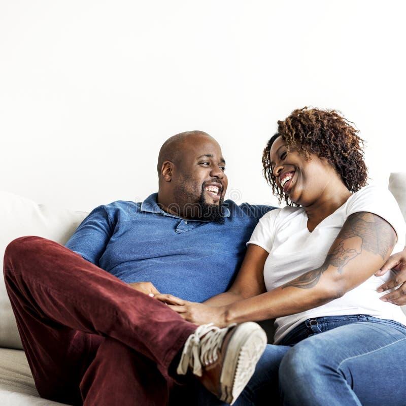 有一对快乐的黑的夫妇好时间 库存照片