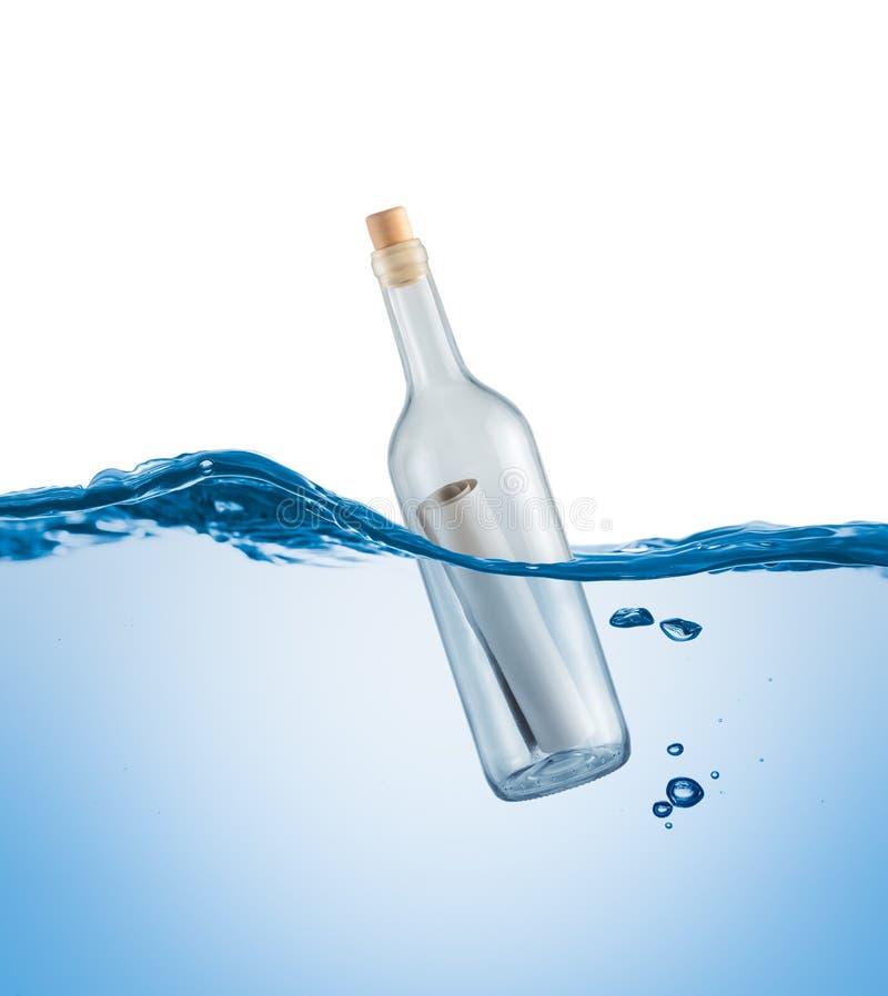 有一封信件的瓶在水中 免版税库存照片