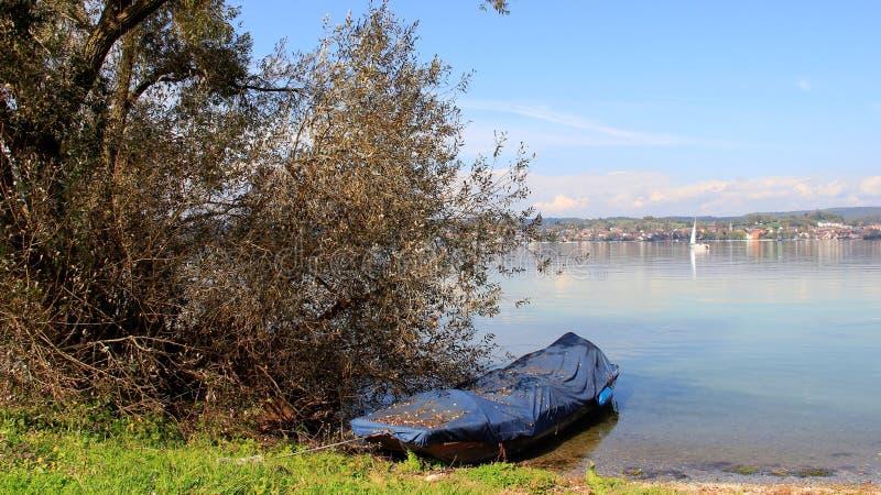 有一小船盖子的Bodensee湖由蓝色塑料 免版税库存照片