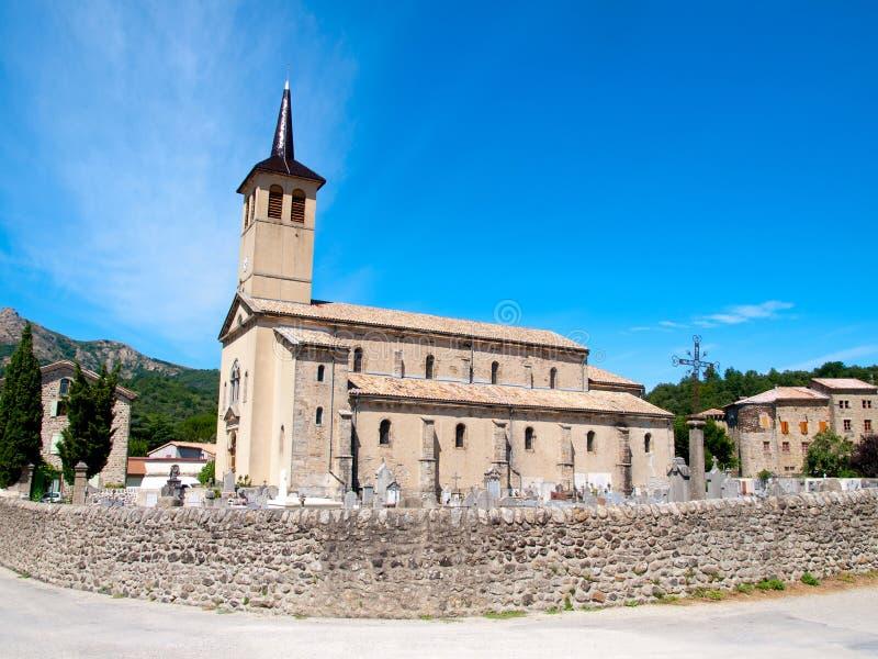 有一座公墓的老教会在法国 库存图片