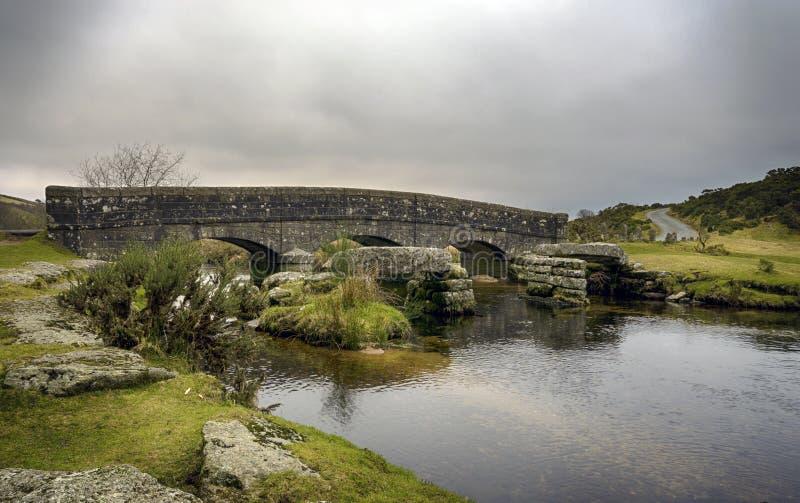 一座石桥梁在Dartmoor 库存图片
