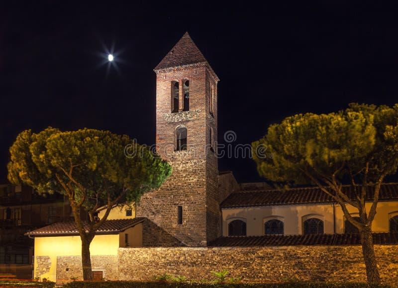 有一座钟楼的石堡垒在晚上 在月光的古老老建筑学,佛罗伦萨意大利 免版税图库摄影