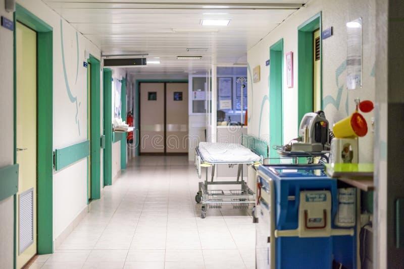有一张床的医院走廊患者的 免版税库存照片