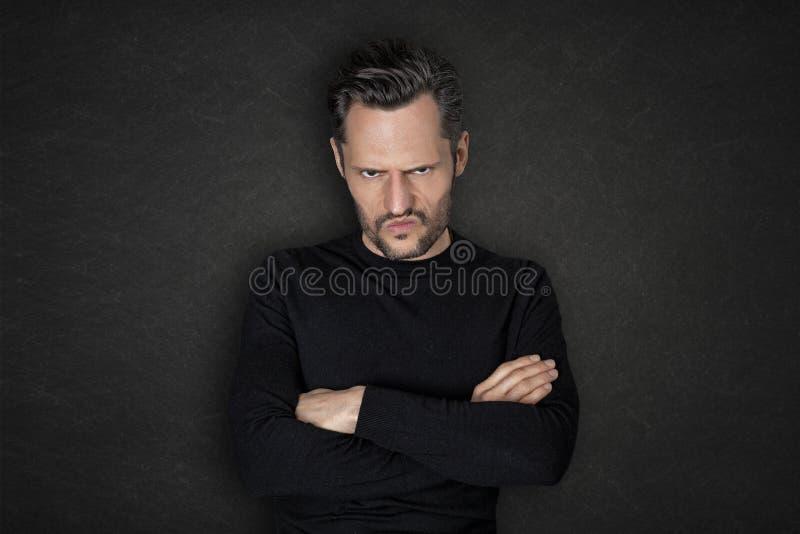 有一张恼怒的面孔的白人 免版税库存照片