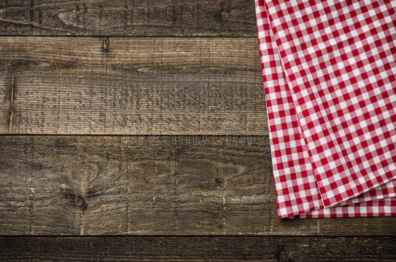 有一张方格的桌布的土气木板 免版税库存图片