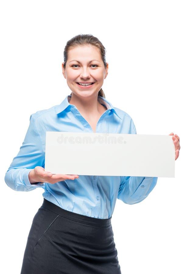 有一张海报的微笑的妇女在白色的一件蓝色衬衣 库存照片