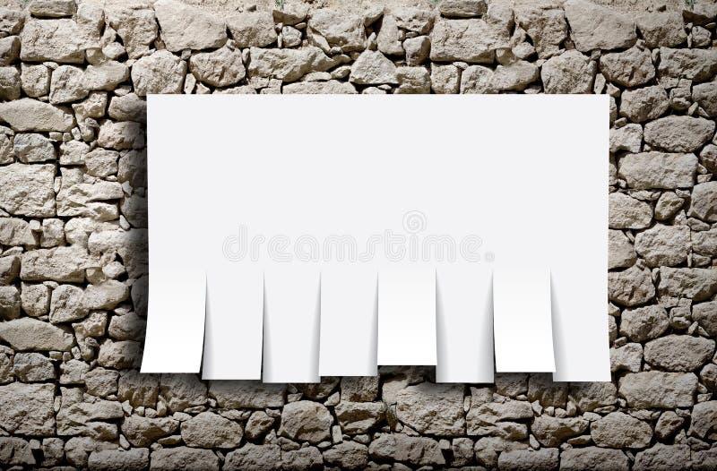 有一张空白的海报的石墙 图库摄影