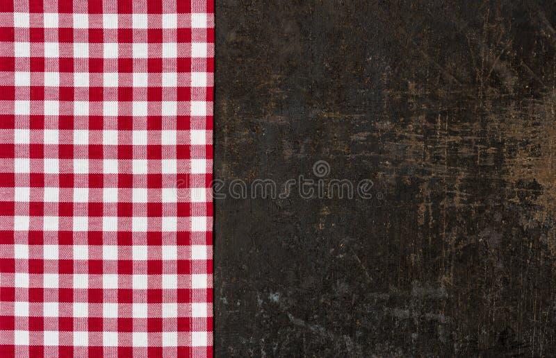 有一张红色方格的桌布的老烘烤盘子 免版税库存图片