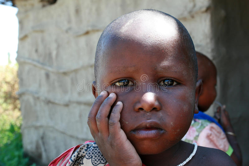 有一张肮脏的面孔的小黑人女孩,特写镜头画象 库存图片