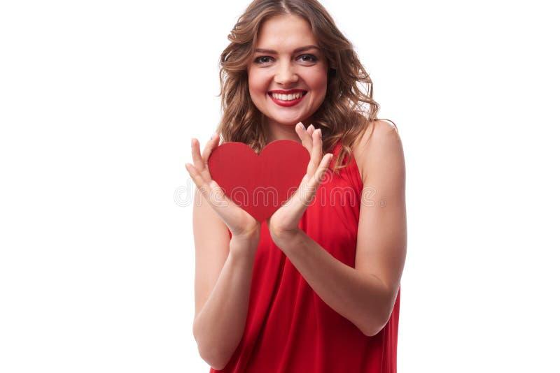 有一张贺卡的惊人的年轻女性以心脏形式 库存照片
