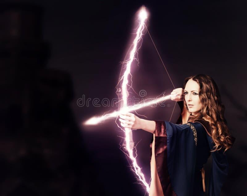 有一把不可思议的弓的美丽的神仙的妇女射手 免版税库存照片
