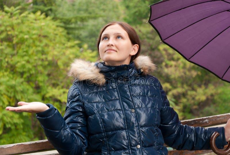 有一把伞的女孩在公园 库存照片