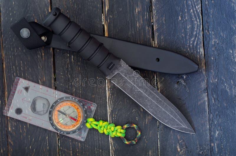 有一把固定的刀片的一把大刀子有指南针的 军用刺刀刀子 顶视图 免版税库存图片