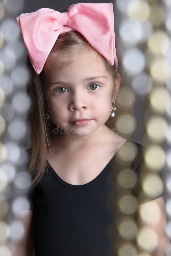 有一把大弓的美丽的小女孩 孩子 库存照片