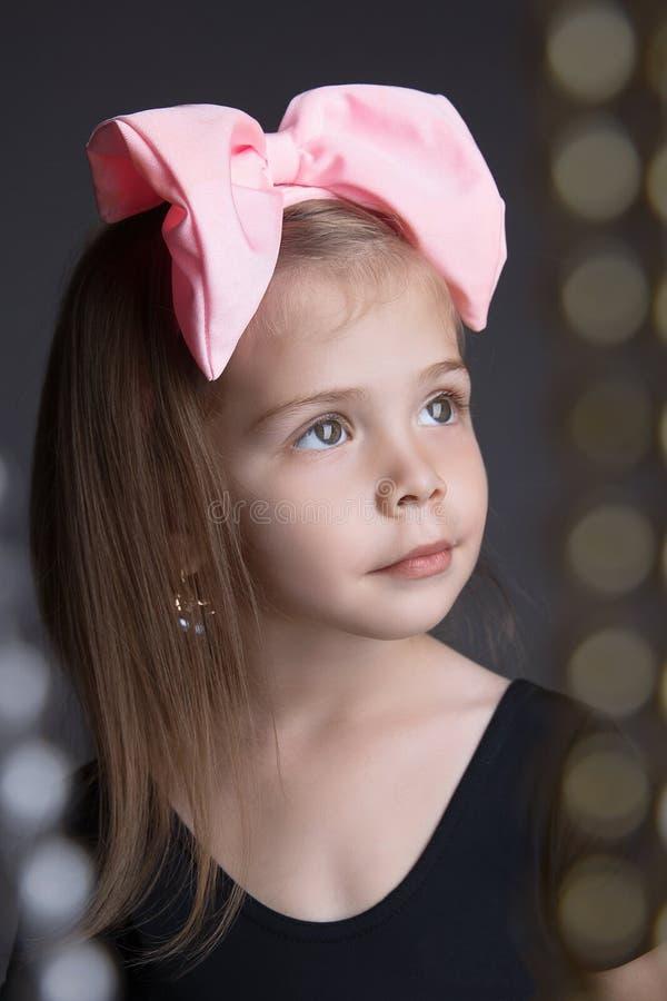 有一把大弓的美丽的小女孩 孩子 图库摄影
