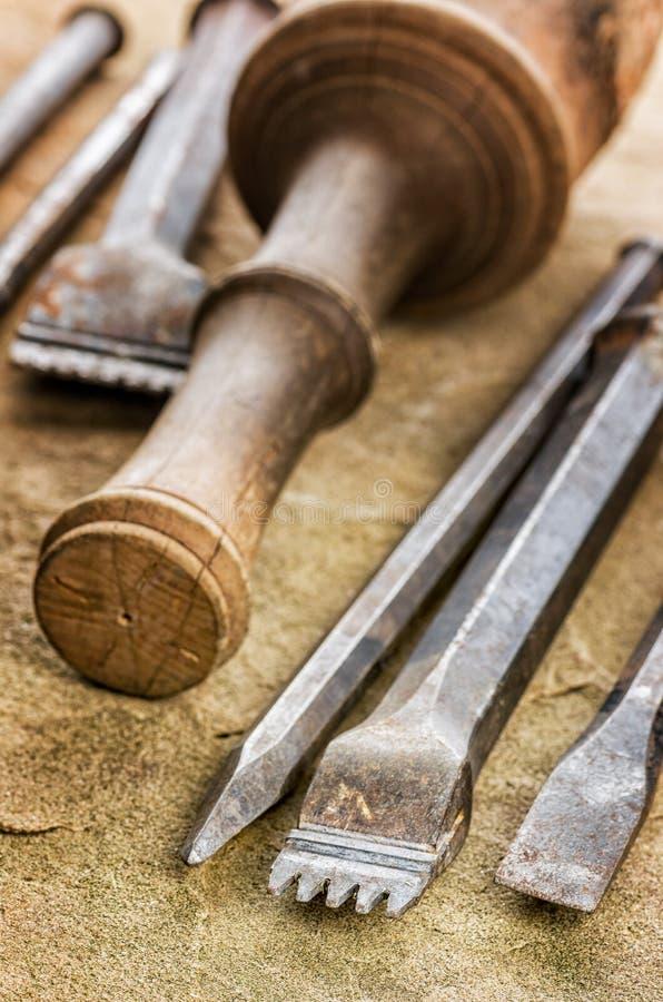 有一把木短槌的几凿子 免版税库存照片