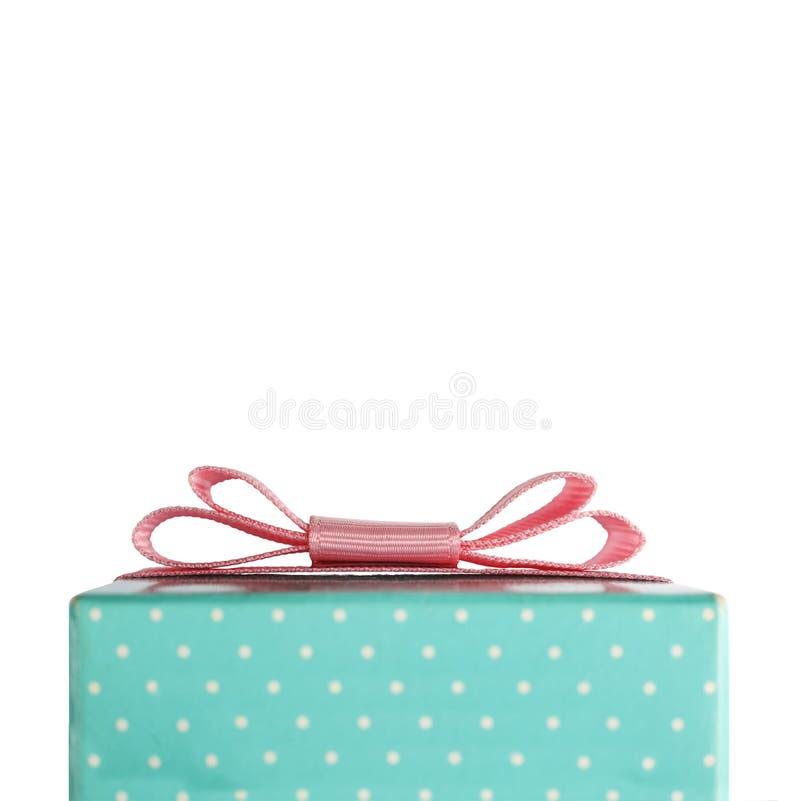 有一把桃红色弓的礼物盒 在白色背景的对象 构想:祝贺,礼物 圣诞节,华伦泰` s天, Happ 免版税库存照片