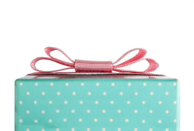 有一把桃红色弓的礼物盒 在空白背景查出的对象 构想:祝贺,礼物 圣诞节,华伦泰` s天, Happ 免版税图库摄影