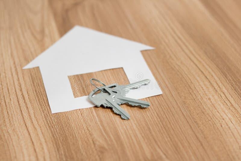 有一把钥匙的纸房子从新的公寓 免版税库存照片
