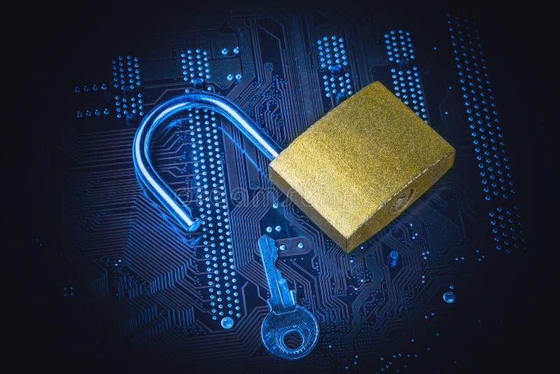 有一把钥匙的被打开的挂锁在计算机主板 互联网数据保密性信息保障概念 蓝色被定调子的图象 库存照片