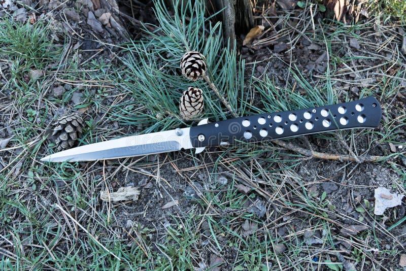 有一把锋利的刀片的军用刀子 免版税库存照片