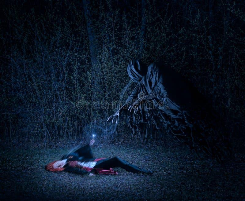有一支不可思议的鞭子的女孩在森林里战斗与邪魔的 库存图片