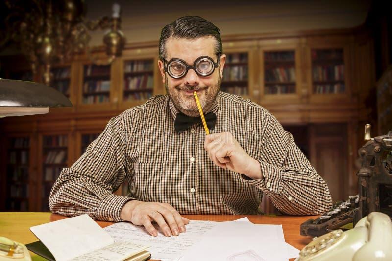 有一支铅笔的沉思办工室职员在查寻他的嘴 免版税库存图片
